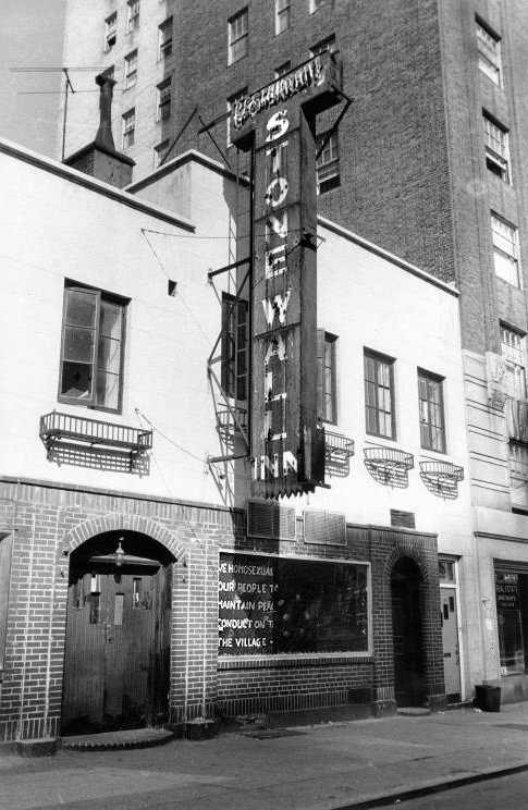Fachada do Stonewall Inn durante os anos 1960. (Foto:Wikimedia Commons)
